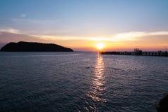 Silueta por el mar Foto de archivo