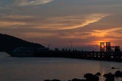 Silueta por el mar Foto de archivo libre de regalías