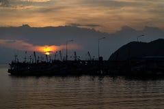 Silueta por el mar Imagen de archivo libre de regalías