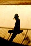 Silueta que anda en monopatín Foto de archivo libre de regalías