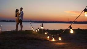 Silueta que camina de los pares en la puesta del sol almacen de video