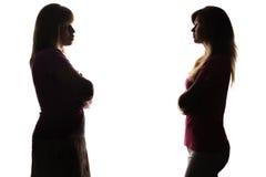 Silueta que coloca enfrente de uno a la hija y a la madre Fotografía de archivo libre de regalías