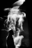 Silueta que fuma del cigarro monocromática Foto de archivo libre de regalías