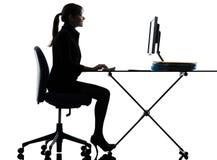 Silueta que mecanografía computacional del ordenador de la mujer de negocios imágenes de archivo libres de regalías