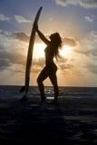 Silueta que practica surf Fotografía de archivo libre de regalías