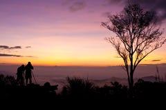 Silueta que toma las fotos sobre paisaje Imagen de archivo