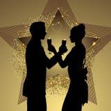 Silueta romántica de los pares que comparte el vidrio de champán Fotos de archivo