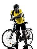 Silueta sin aliento cansada de la bici de montaña del hombre que monta en bicicleta Foto de archivo