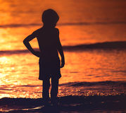 Silueta sola del niño Fotos de archivo