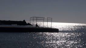 Silueta sola del pescador en el puerto de Rodas, Grecia almacen de video