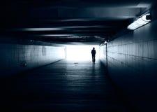 Silueta sola en un túnel del subterráneo Imagen de archivo libre de regalías