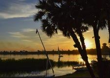 Silueta tradicional del barco de navegación del felluca en la puesta del sol imágenes de archivo libres de regalías