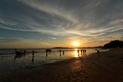 Silueta y reflexión del barco y de la gente contra el cielo de la puesta del sol del cielo de la puesta del sol Foto de archivo