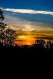 Silueta y salida del sol fotografía de archivo