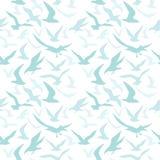 Siluetas azules de las gaviotas que vuelan en el cielo Modelo inconsútil con los pájaros libre illustration