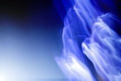 Siluetas blancas de fantasmas en azul Imagenes de archivo