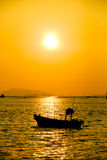 """Siluetas de barcos en imagen de la acción del †de la puesta del sol """" Imagenes de archivo"""