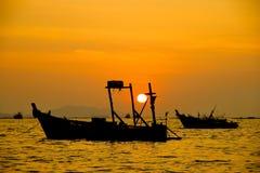 """Siluetas de barcos en imagen de la acción del †de la puesta del sol """" Fotografía de archivo"""