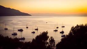 Siluetas de barcos privados y pequeños de yates anclados en un quie Fotografía de archivo