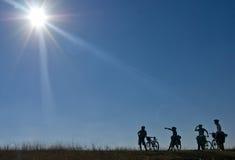 Siluetas de bicyclists Fotografía de archivo libre de regalías