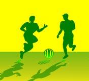 Dos hombres musculares que juegan a fútbol Fotos de archivo libres de regalías