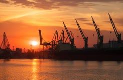 Siluetas de grúas y de buques de carga en Varna Imágenes de archivo libres de regalías