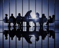 Siluetas de hombres de negocios en un concepto de la sala de conferencias Fotos de archivo