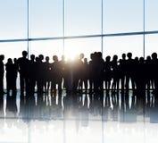 Siluetas de hombres de negocios en un edificio de oficinas Fotos de archivo