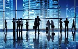 Siluetas de hombres de negocios en un lugar del trabajo Imagen de archivo libre de regalías