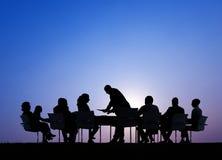 Siluetas de hombres de negocios en una reunión al aire libre Imagen de archivo libre de regalías