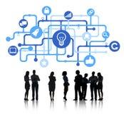 Siluetas de hombres de negocios y de conceptos de la innovación Imágenes de archivo libres de regalías
