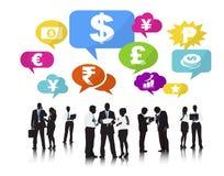 Siluetas de hombres de negocios y de conceptos de las finanzas Imagenes de archivo