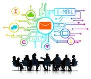 Siluetas de hombres de negocios y de conceptos del email Foto de archivo libre de regalías