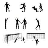 Siluetas de jugadores de fútbol y del árbitro fotos de archivo libres de regalías