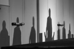 Siluetas de líderes en un podio imágenes de archivo libres de regalías