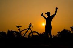 Siluetas de la bici de montaña con el hombre Fotografía de archivo libre de regalías