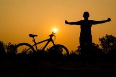 Siluetas de la bici de montaña con el hombre Fotos de archivo libres de regalías