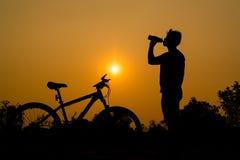 Siluetas de la bici de montaña con el hombre Foto de archivo libre de regalías