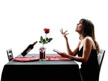Siluetas de la cena de la mujer del amante que esperan para fotos de archivo libres de regalías