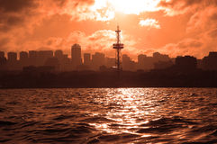 Siluetas de la ciudad durante puesta del sol Imágenes de archivo libres de regalías