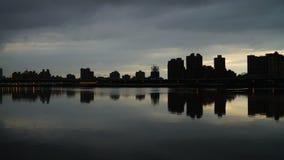 Siluetas de la ciudad en la puesta del sol almacen de metraje de vídeo