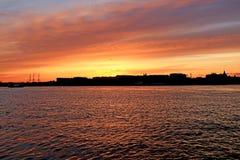 Siluetas de la ciudad en la puesta del sol imagen de archivo