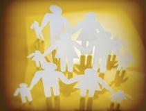 Siluetas de la familia con los niños aislados en fondo amarillo Imagen de archivo