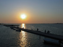 Siluetas de la gente contra la puesta del sol en Lefkada Grecia Fotos de archivo libres de regalías