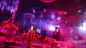 Siluetas de la gente contra un fondo de una tabla de banquete, en un restaurante, la Navidad del Año Nuevo metrajes