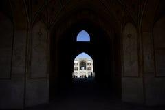 Siluetas de la gente debajo del arco de la mezquita en Irán 12 de septiembre de 2016 Foto de archivo libre de regalías