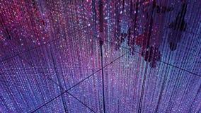 Siluetas de la gente detrás de una cortina de guirnaldas eléctricas Espejos del piso foto de archivo libre de regalías
