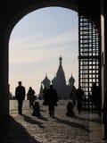 Siluetas de la gente en el fondo de la entrada de la puerta al símbolo cuadrado rojo de la señal histórica de Moscú foto de archivo libre de regalías