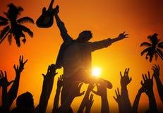 Siluetas de la gente en festival de música por la playa foto de archivo libre de regalías