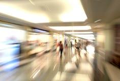 Siluetas de la gente en la alameda de compras Foto de archivo libre de regalías